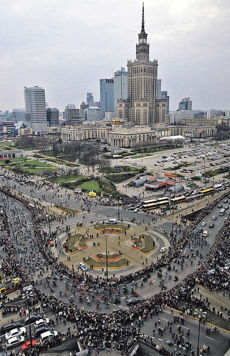 Чтобы попасть в президентский дворец в Варшаве, люди часами стоят в километровой очереди.