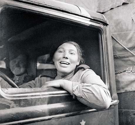 «Ника - богиня Победы». Девушку с этой фотографии старший сержант Богомолов отыскал после войны.