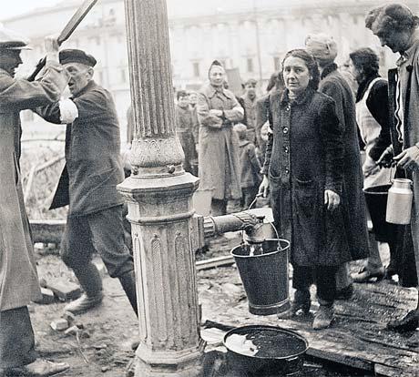 Жители осажденного Берлина выбрались за водой. До этого они много дней прятались в подвалах от бомбежек союзнической авиации.