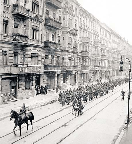 Советские войска на улицах Берлина. Командир, как и завещал Чапаев, впереди, на лихом коне.