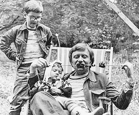 На шашлыках у друзей на даче. 1976 год. На руках у Андрея Миронова – трехлетняя Маша Голубкина.