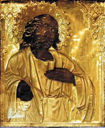 В чудотворном кресте собраны частицы мощей девяти святых.