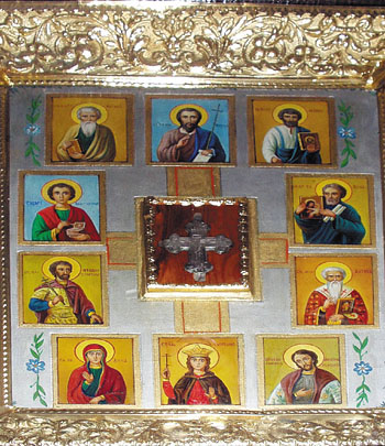 В знак благодарности за чудесные исцеления люди оставляют на иконе свои ювелирные украшения.