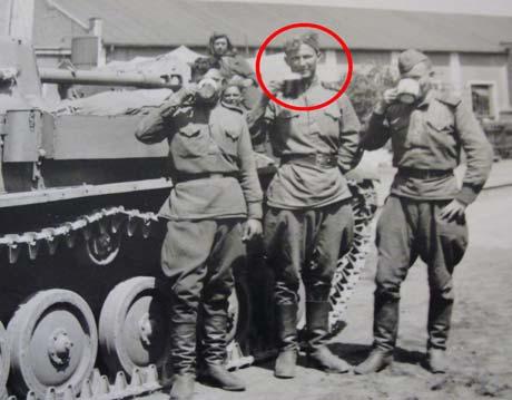 Владимир Кузовенко у своей самоходки. Прага, 1945 год.