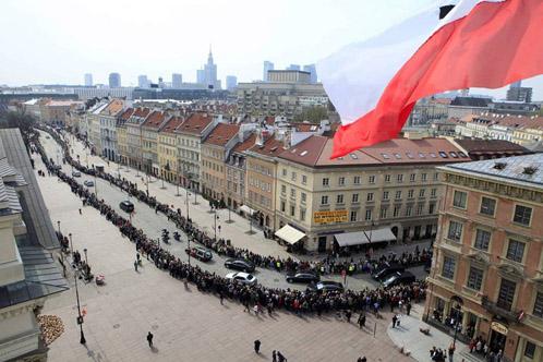 Чтобы отдать последнюю дань уважения президентской чете поляки выстраиваются в многокилометровую очередь.