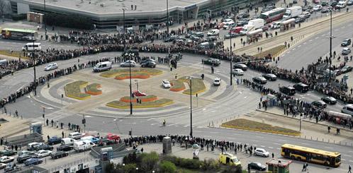 К президентскому дворцу стекаются сотни тысяч людей.