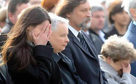 Дочь президента Марта Качиньская не может сдержать слез.