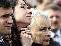 Дочь Марта и брат президента Ярослав встречают самолет с гробом Марии Качиньской.