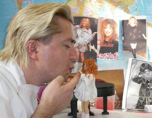 Александр Селезнев в восторге поцеловал ручку шоколадной Аллы.