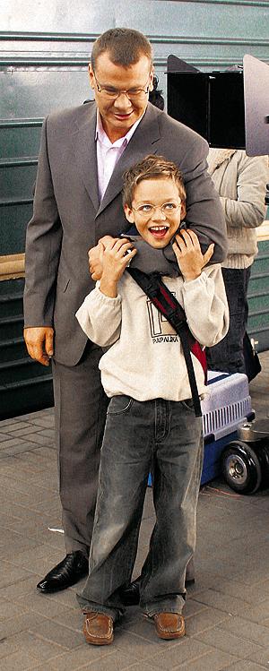 Владислав обожал возиться с детьми и мечтал о собственном ребенке (на фото - с юным актером Сашей СИГУЕВЫМ).