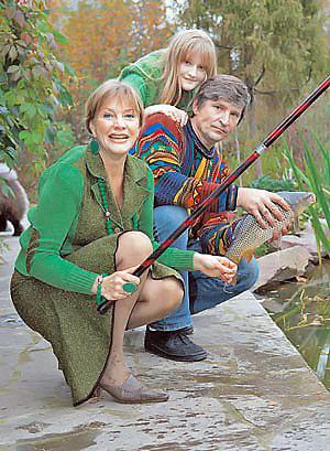 Елена Проклова, ее муж Андрей и дочка Полина предпочитают рыбку, выловленную в собственном пруду.