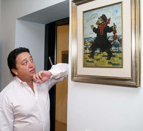 Народный депутат Фельдман признался, что его коллекция стоит не менее 8 миллионов долларов (на фото - с любимой картиной «Скрипач» Артура Кольника).