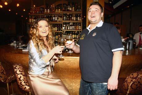 Могилевская уединилась с Жуковым, чтобы выпить по бокалу вина.