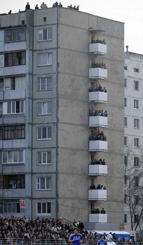 Фанаты «Динамо» смотрели игру даже на крышах домов.
