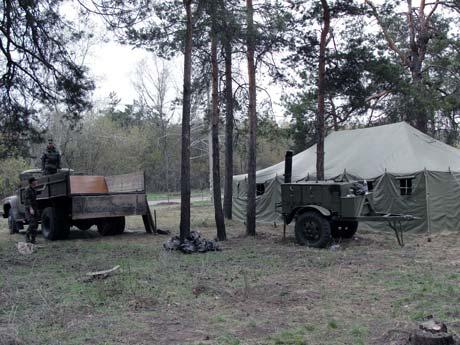Из-за нехватки в городе дворников парки и скверы заставили убирать солдат. Фо то Александра БОЧКАРЕВА.