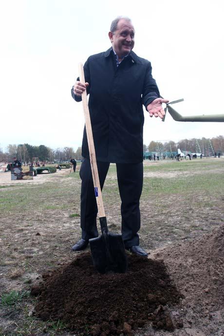 Анатолий Могилев доказал, что сажать можно и деревья.