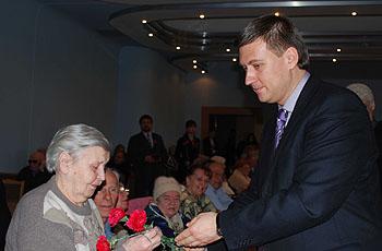 Медали нашим ветеранам лично вручал российский консул Владимир Богданов