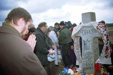 На месте гибели Вячеслава Чорновила, на трассе под Киевом, установлен казацкий крест.