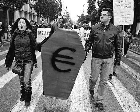 Участники протеста против правительственных «мер экономии» несут символический гроб евро. Фото АП.