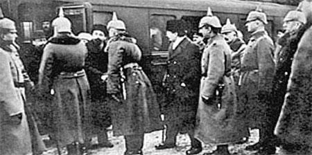 Сцена из кинохроники: Ильич садится в вагон, на перроне немецкие офицеры.