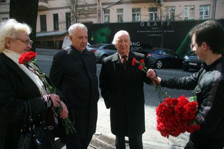 Журналисты «КП» поздравили героев с наступающим праздником и вручили им гвоздики.