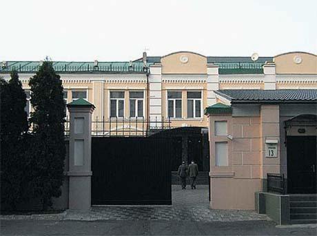 Политическое «поместье» экс-премьера защищают каменный забор и бронированные ворота.