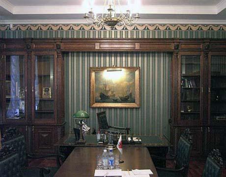 С соратниками Тимошенко совещается в «зеленой комнате».