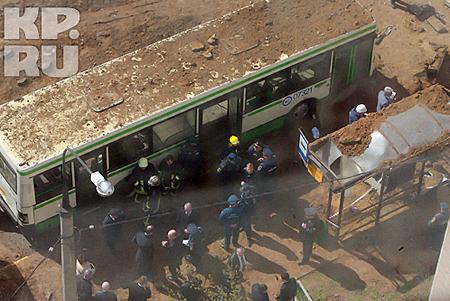 Взрывом также были повреждены автобусная остановка и два автобуса. Фото: Андрей КАРА.