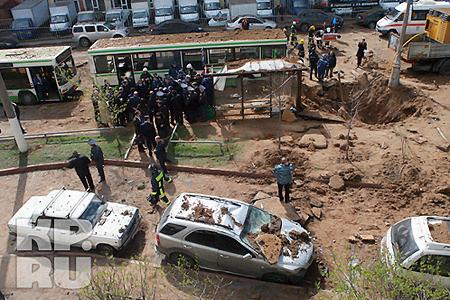 Повреждения получили 83 машины, припаркованные поблизости. Фото: Андрей КАРА.