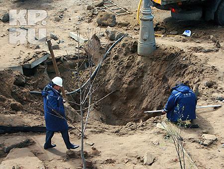 На месте взрыва образовалась воронка радиусом 8 метров. Фото: Андрей КАРА.