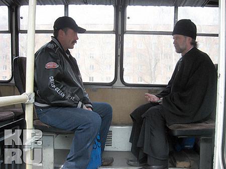 В автобус шли все нарушители: кто-то из высоких духовных побуждений, понимая всю ответственность момента, а кто-то из корыстных побуждений, чтобы штраф не платить. Фото: предоставлено ОГИБДД Назаровского района.