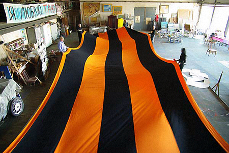 """""""Ленточка """", длиной 142 метра и шириной 6 метров, была сшита на одном из одесских предприятий..."""