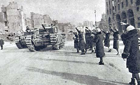 Жители Киева встречают наших танкистов на Крещатике в ноябре 1943-го.
