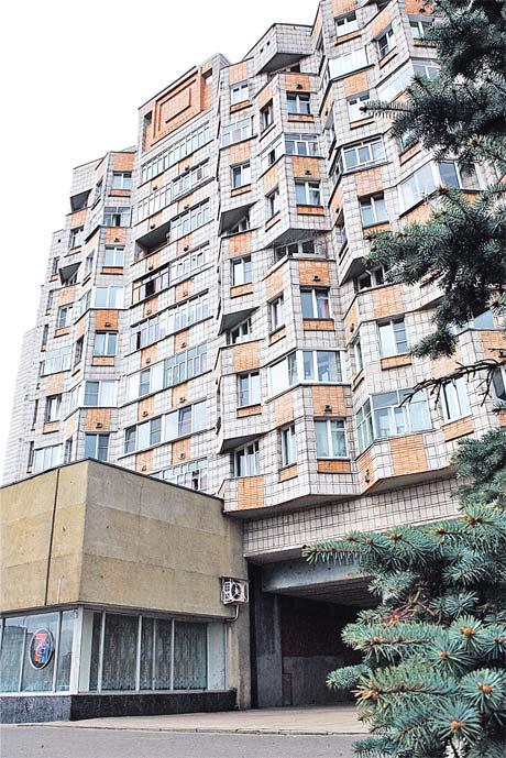 Ранним утром с крыши этого дома на центральной улице Обнинска спрыгнул Артур.