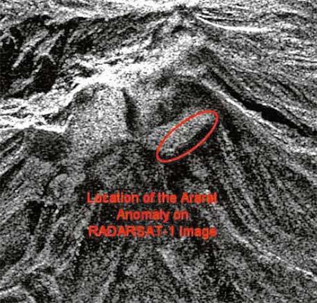 «Араратская аномалия» на радиолокационном изображении (RadarSat, разрешение 8 м).