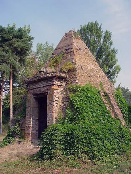 Пирамиду Закревского большевики не смогли снести.