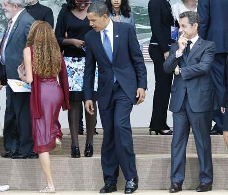 Такими снимками западная пресса иллюстрирует нынешний виток истории про Обаму-«изменщика». Некоторые даже намекают, что дама, заинтересовавшая президента США, и есть его любовница Вера. На самом деле Барак оглянулся на какую-то другую женщину.