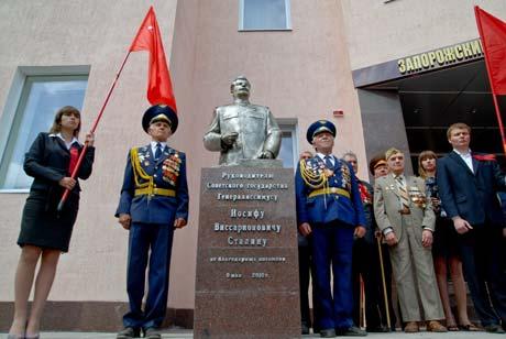 Коммунисты пообещали установить за монументом круглосуточное видеонаблюдение и охрану.