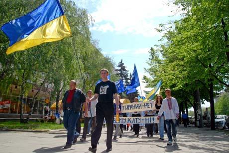 Противники установки скульптуры прошлись по городу