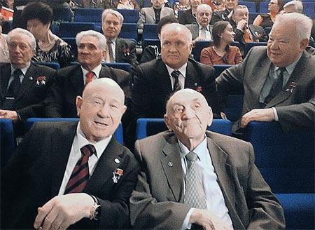 На переднем плане: Борис Черток и летчик-космонавт СССР Алексей Леонов.