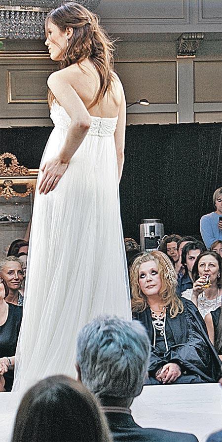 Пока Алла Борисовна разглядывала наряды невест, зал шептался: с чего это Примадонна заинтересовалась свадебными платьями?..