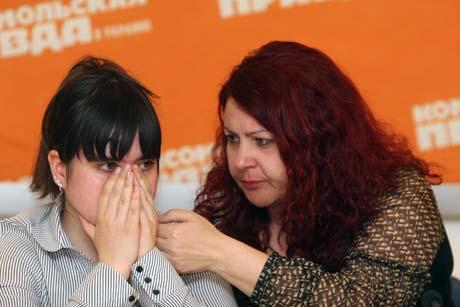 - Верните мне моего папочку! - плача, обратилась к президенту Яна Датченко (на фото с мамой).