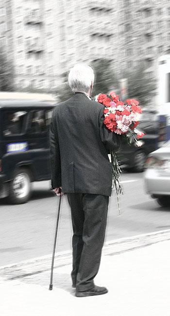 Если уж стариков кто-то довезет до места празднования, то заберет и назад - без таксистов-благотворителей.