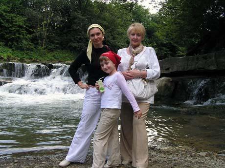 Елена Бондаренко, ее дочь и свекровь с нетерпением ждут пополнения в семье.
