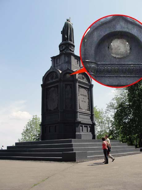 Медальон с Георгиевским крестом в День Победы на свое место так и не вернулся.