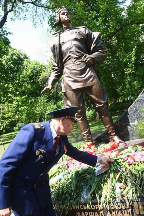Памятник знаменитому летчику – истребителю изготовили за месяц.