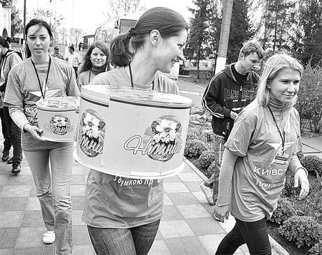 Волонтеры отправляются по корпусам, чтобы вручить презенты ко Дню Победы.