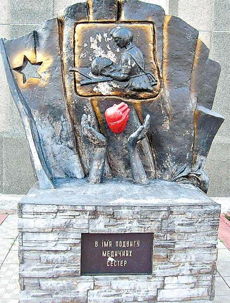 Харьковские медики установили памятник на свои деньги.