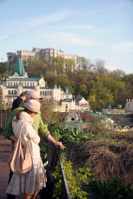 С Замковой горы открывается завораживающий вид на город. Фото Артема ПАСТУХА.