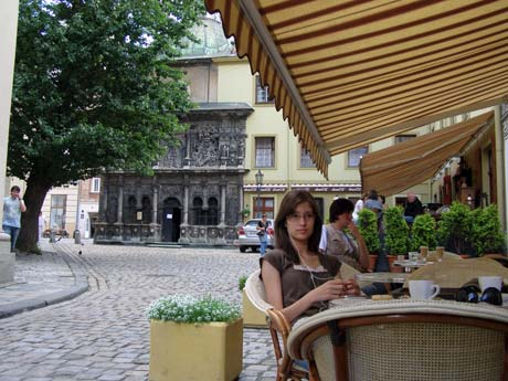 Выпить чашечку ароматного кофе можно у часовни Боимов. Фото Наталии ДУТЧАК.